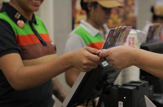 ONG Movimento Arredondar convida clientes a arredondar a comprar e doar centavos para causas sociais